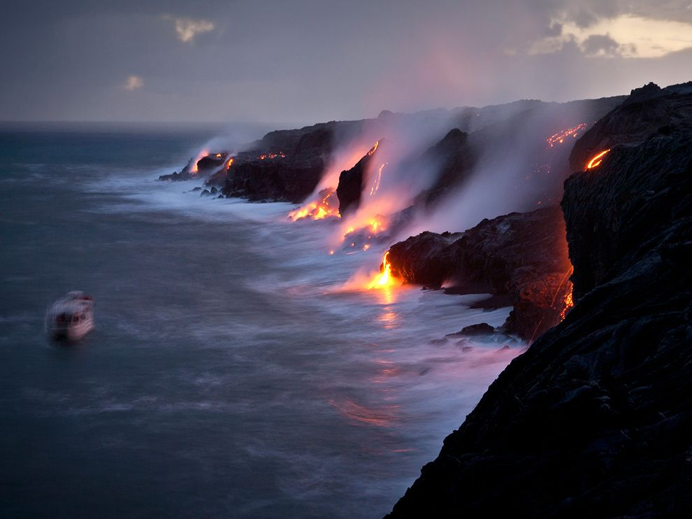 tour-boat-lava-flow-hawaii_63390_990x742